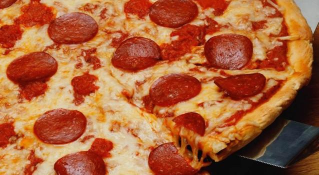 Πανεύκολη πίτσα για αρχάριους με γρήγορη ζύμη 2 υλικών