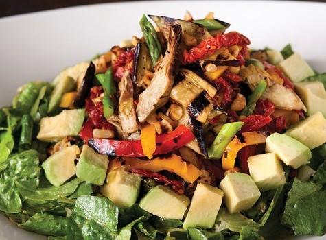 Σαλάτα με κοτόπουλο, ψητά λαχανικά και σως λαδολέμονου με μουστάρδα