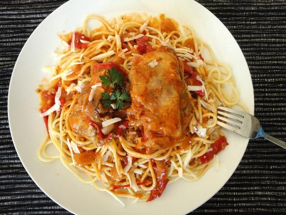 κοτόπουλο-κοκκινιστό-με-πιπεριές-Φλωρίνης