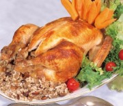 Κοτόπουλο γεμιστό με παραδιακή γέμιση στη γάστρα.