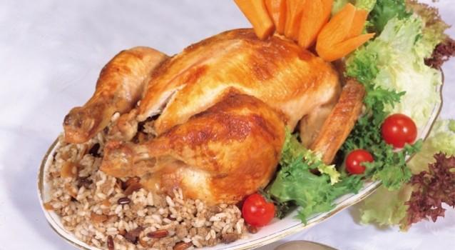 Κοτόπουλο γεμιστό με παραδοσιακή γέμιση στη γάστρα
