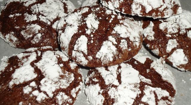 Σοκολατένια χιονισμένα μπισκότα