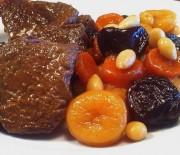 Μοσχαράκι γαρνιρισμένο με φρούτα και ξηρούς καρπούς