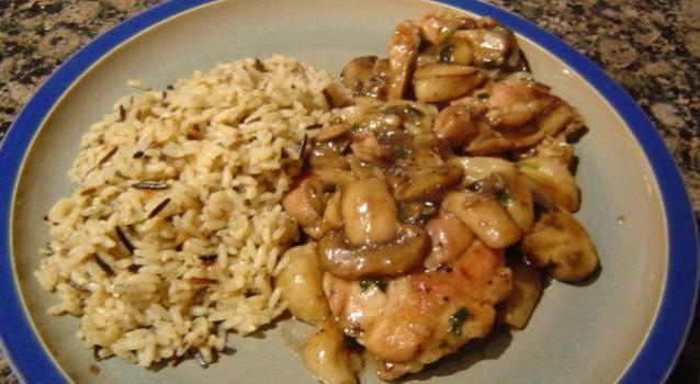 Τηγανιά κοτόπουλου με μανιτάρια και άγριο ρύζι