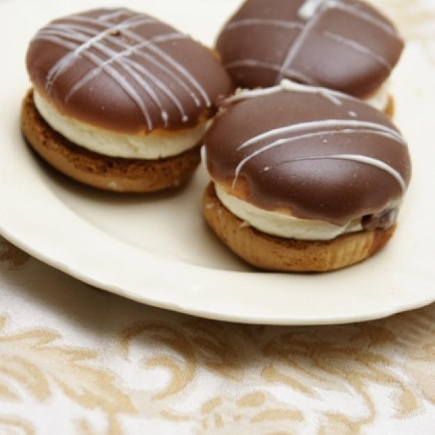 Kokakia_Greek_cream_puffs_with_chocolate_glaze_1