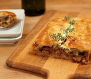 Πίτα με λουκάνικο, μανιτάρια και τυρί