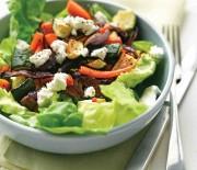 Σαλάτα με ψητά λαχανικά, τυρί φορμαέλα και υπέροχο ντρέσινγκ