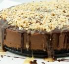 Cheesecake σοκολάτας με σιρόπι σοκολάτας και φουντούκια
