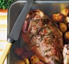 Αρνίσιο μπούτι με δενδρολίβανο και σκόρδο στο φούρνο (Video)