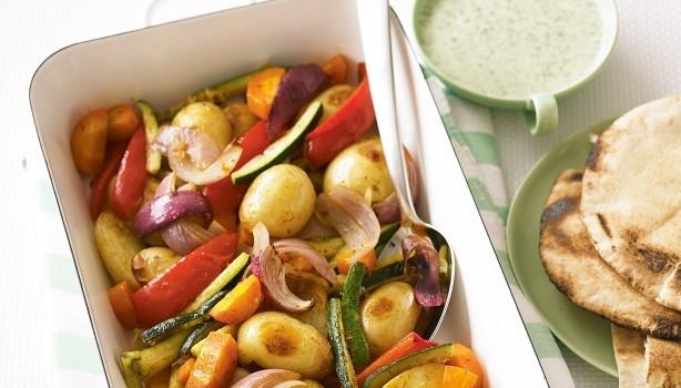 Ψητά λαχανικά με κάρυ & σως γιαουρτιού με κόλιανδρο