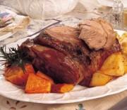 Αρνίσιο μπούτι στη λαδόκολα με πατάτες, καρότα & μυρωδικά