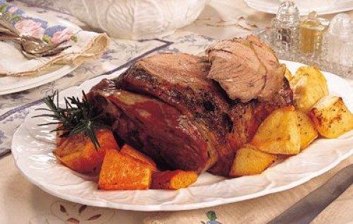 Αρνίσιο μπούτι στη λαδόκολα με πατάτες, καρότα και μυρωδικά