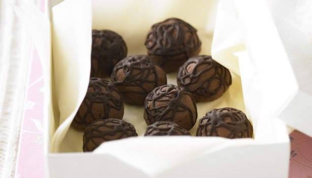 Τρουφάκια σοκολάτας με φουντούκι με 4 υλικά