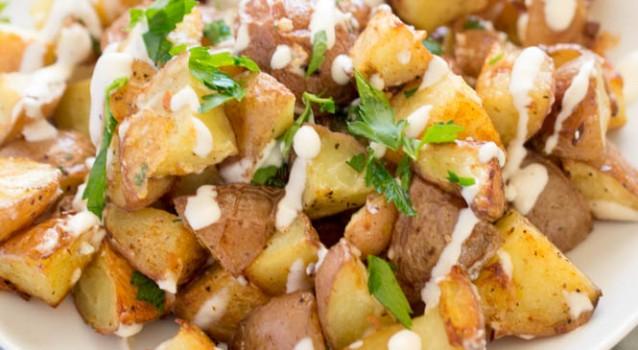"""Πατάτες φούρνου & σος """"Αγιολί"""" με μελωμένα σκόρδα και μαγιονέζα"""