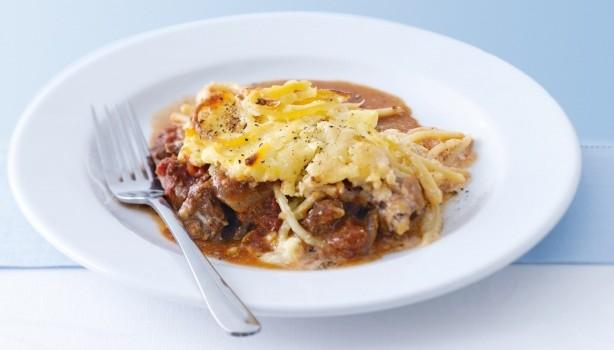 Πικάντικο αρνάκι με μακαρόνια και σάλτσα τυριού στο φούρνο