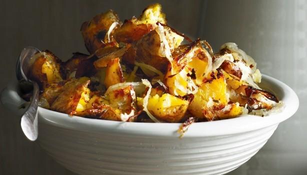 Πικάντικες διπλοψημένες πατάτες φούρνου με κρεμύδια & σκόρδο