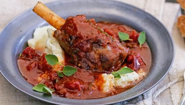 Αρνίσιο κότσι με μεσογειακά λαχανικά στη γάστρα