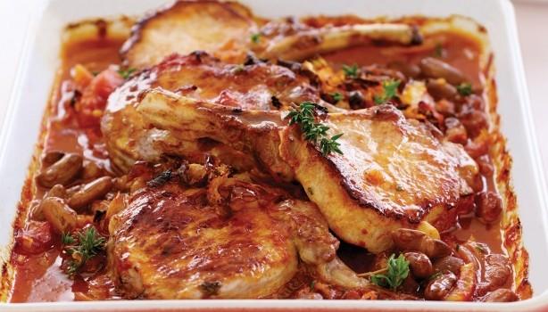 Χοιρινές μπριζόλες με φασόλια και φινόκιο στο φούρνο