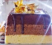 Μους τριπλής σοκολάτας με σοκολατένια σως μπαχαρικών