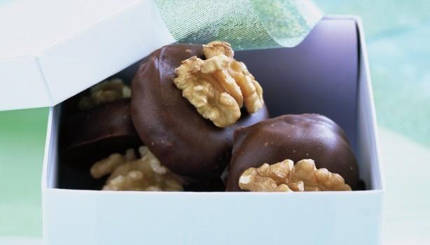 Σοκολατάκια γεμιστά με καρύδι με 4 μόνο υλικά