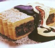 Σοκολατένια Καρυδόπιτα με σος σοκολάτας