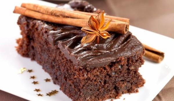 Σοκολατένιο κέικ κανέλας με γλάσο σοκολάτας