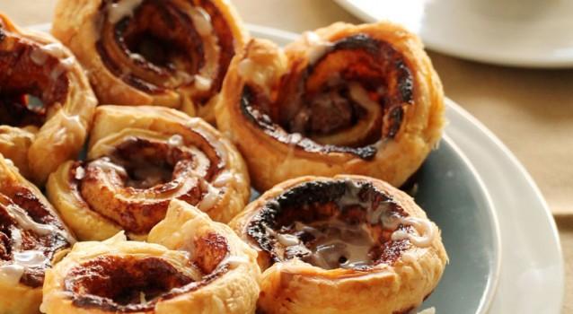 Ρολάκια με Nutella, κανέλα & γλάσο ζάχαρης, με 4 υλικά σε 10′