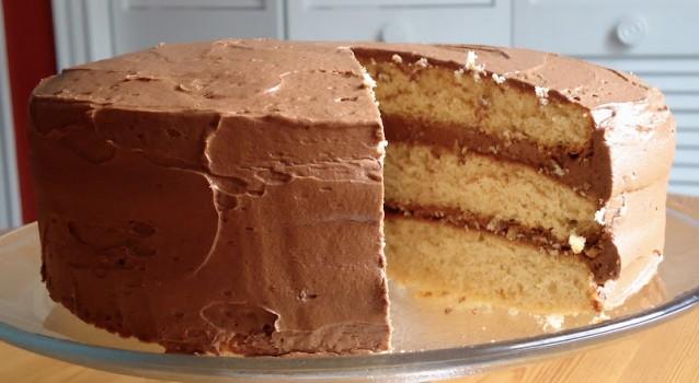 Κέικ με γέμιση & κάλυψη σοκολατένιας κρέμας με κανέλα