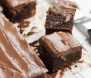 Κέικ με καρύδια & γλάσο/γκανάς σοκολάτας