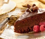 Σοκολατόπιτα με ελαιόλαδο & αμύγδαλα χωρίς αλεύρι, με γλάσο σοκολάτας