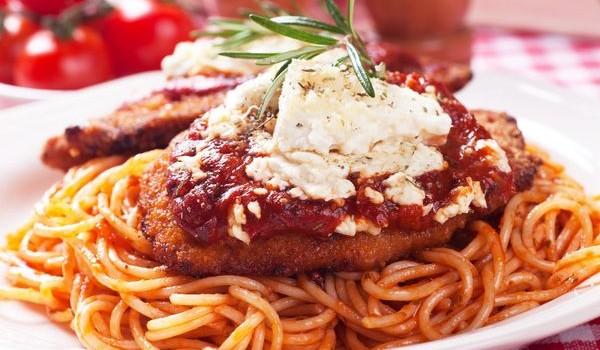 Κοτόπουλο σνίτσελ με παρμεζάνα, μοτσαρέλα και σπαγγέτι