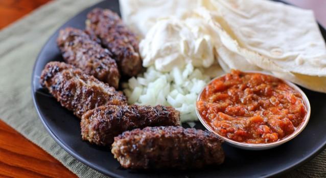 Πικάντικα κεμπάπ με σάλτσα πιπεριάς και μελιτζάνας