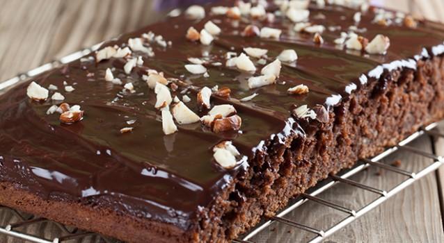 Κέικ σοκολάτας με φουντούκια και σοκολατένιο γλάσο