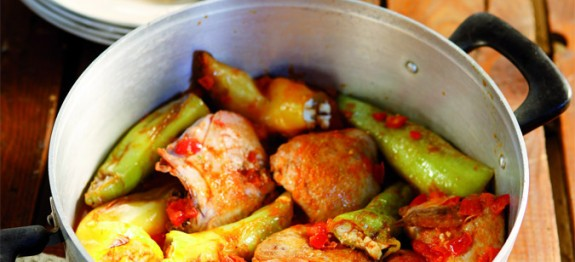 kotopoulo-me-gemistes-piperies_olivemagazine.gr_-575x262