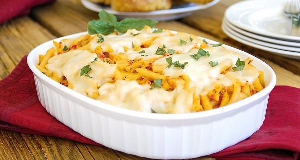 Πένες με κομμάτια κοτόπουλου, πιπεριές και τυριά στο φούρνο
