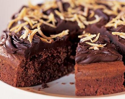 Κέικ σοκολάτας, πορτοκαλιού, γαρνιρισμένο με σοκολατένιο γκανάς