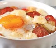 Σαγανάκι φούρνου με λουκάνικα και αυγά