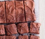 Αφράτο κέϊκ με πλούσιο σοκολατένιο γλάσο