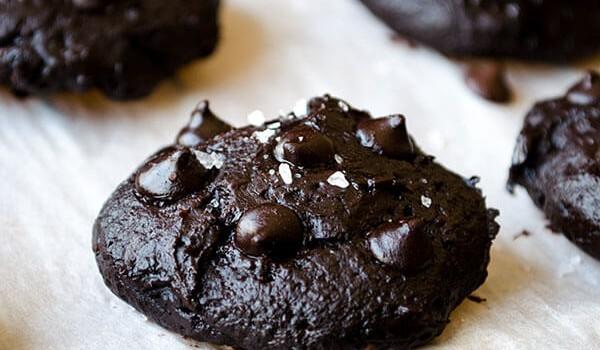 Υγρά μπισκότα σοκολάτας με γιαούρτι