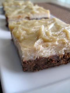 Cheesecake μπανάνα με σοκολατένια βάση και καραμελένια επικάλυψη