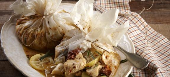 Κοτόπουλο με μουστάρδα, πράσα και λιαστές ντομάτες στη λαδόκολα
