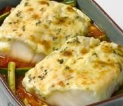 Μπακαλιάρος σε κόκκινη σάλτσα με κρούστα μαγιονέζας στο φούρνο