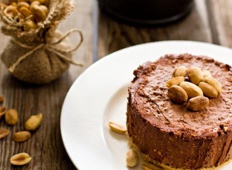 """Σοκολατένιο """"κέϊκ"""" με φιστίκια χωρίς ψήσιμο"""
