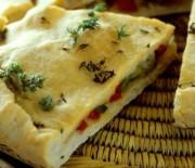 Πίτα σκεπαστή με ελιές και πιπεριές Φλωρίνης νηστίσιμη