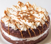Τούρτα κέϊκ σοκολάτας με αφράτη μαρέγκα