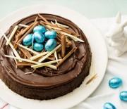 Σοκολατένιο Πασχαλινό κέικ με αμυγδαλόψυχα και κανέλα