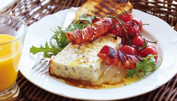 Ψητό τυρί ρικότα ή ανθότυρο με ντοματίνια και μπέϊκον