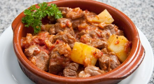 Κατσικάκι κοκκινιστό με πατάτες