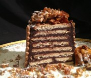 Σοκολατένιος κορμός με καραμελωμένα αμύγδαλα