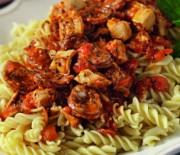 Πένες με μπουκίτσες κοτόπουλου & λουκάνικου σε κόκκινη σάλτσα
